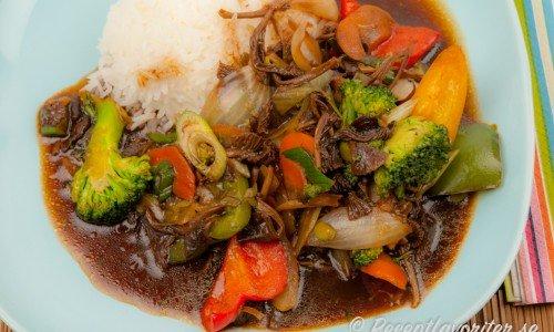 Grönsakswok med svamp och ris