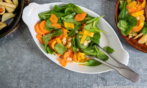 Grönsallad med babyspenat, slantad morot, strimlad paprika och vita kokta bönor.