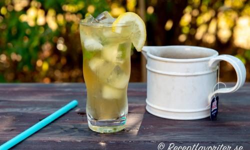 Grönt läskande iste en varm sommardag svalkar fint.