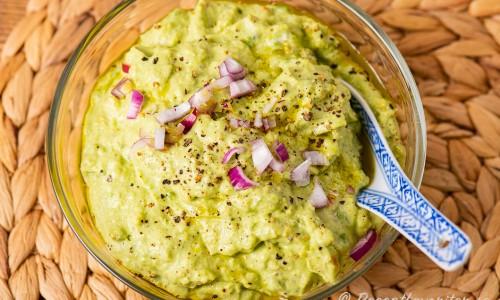 Guacamole med gräddfil i skål