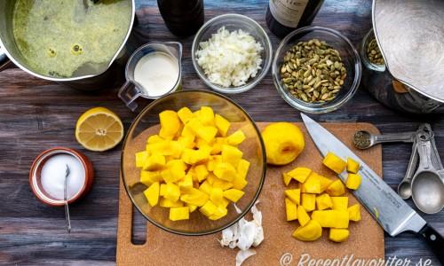 Ingredienser till gulbetssoppan.