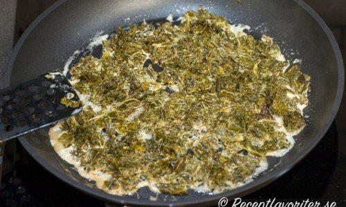 Koka grönkålen med grädde.