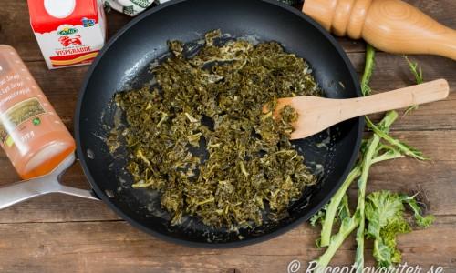 Grädden har kokat in i grönkålen - späd med mer grädde om du vill.