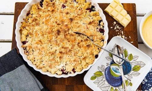 Hallon- blåbärspaj serverad med vaniljsås på dessertfat från Rörstrands Eden.
