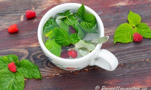 Te med hallonblad blir gott och får lite smak av hallon. Garnera gärna med lite färska hallon med.