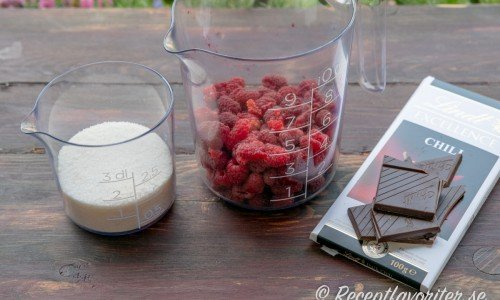 Ingredienser till hallon- och chokladmarmeladen: syltsocker, färska hallon och mörk choklad med chili.