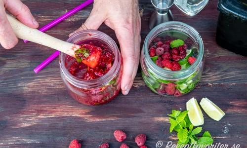 Mortla färska hallon med lime, sockerlag och mynta. Häll på is, sprit och toppa med sodavatten.