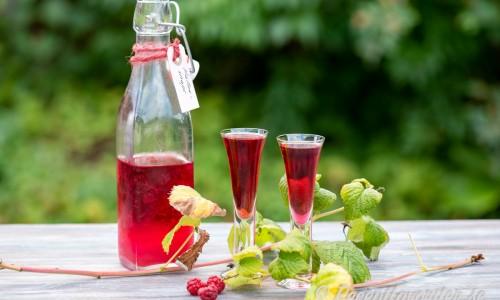 Hallonsnaps i flaska och glas