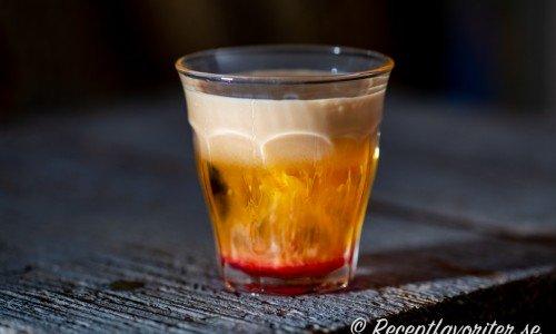 Halloweenshot med röd grenadin, Licor 43 och gräddlikör i lager i shotglas.