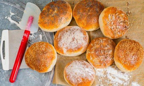 Nybakta hamburgerbröd bakade med torrjäst