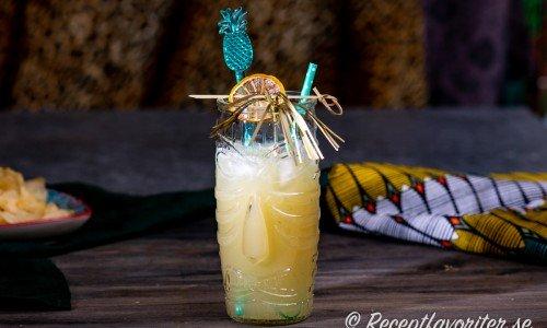 Havanna Beach cocktail i longdrink glas med torkad lime