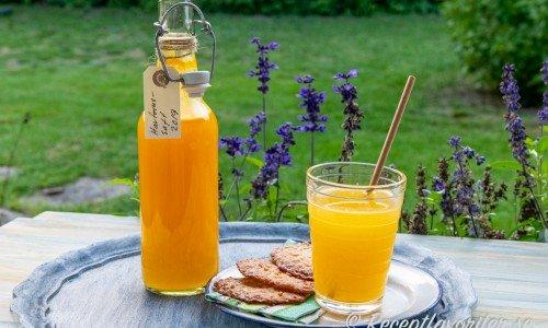 Fin gul havtornssaft i flaska och blandad i glas
