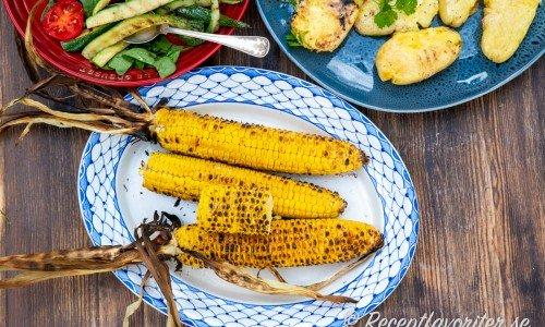 Hel majs passar att grilla som tillbehör när grillen är igång.