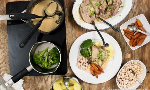 Helstekt fläskkarré med gräddsås på skyn, morötter, kokt potatis, broccoli och sallad med marinerade kokta vita bönor.