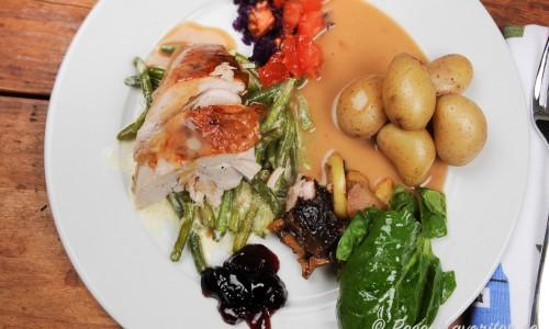 Helstekt kalkon är gott med kokt delikatesspotatis, spenatsallad, riven morot och rödkål samt gele.