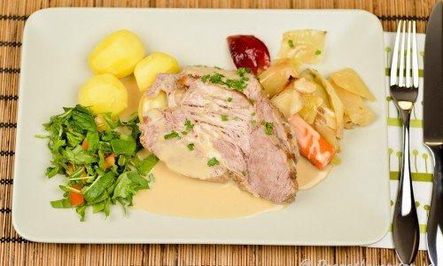 Servera karrén med förslagsvis kokt potatis, ugnsstekta grönsaker som stekt med köttet, gelé samt en blandad grönsallad med lite tärnad tomat.