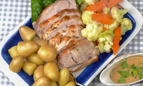 Goda tillbehör är kokt potatis, blomkål, morot samt babyspenat. Gör vidare en god svampsås och smaksätt med lite av stekskyn från kotletten.