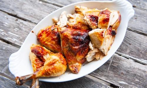 Styckad helstekt kyckling på fat