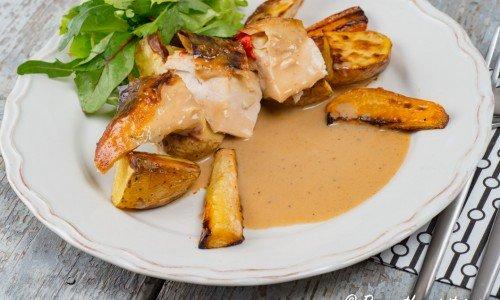 En bit helstekt kyckling serverad med tillbehör
