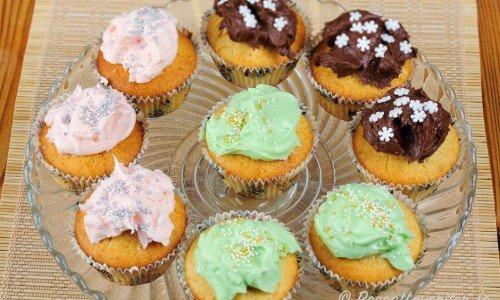 Hembakta muffins eller cupcakes (på engelska) med färgglada frostings.
