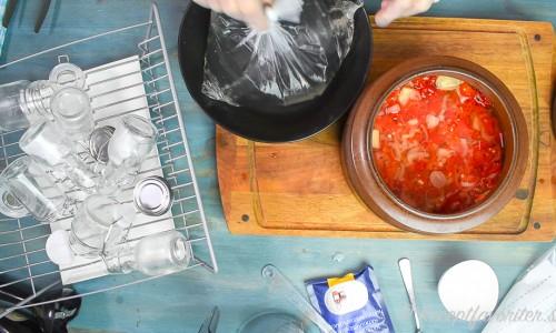 Chilin jäser du i ett krus med lock. Lägg ex. en plastpåse med vatten som tynger ner chilin under ytan under jäsningen.