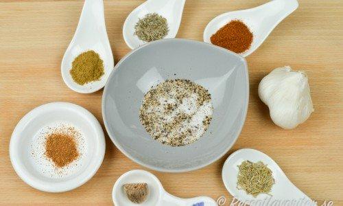 Kryddor och ingredienser till grillkrydda