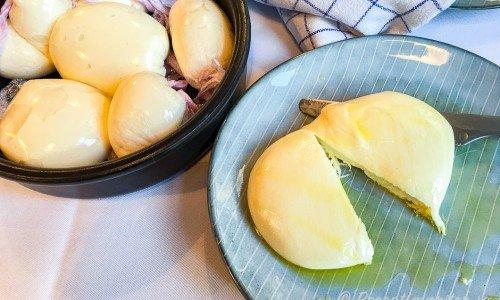 Hemgjorda mozzarellaostar i skål och på tallrik
