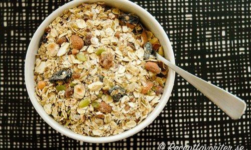 Hemgjord müsli med havregryn, rågflingor, frön, kli, nötter och torkad frukt.