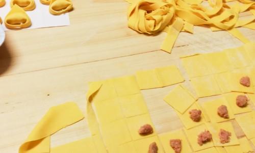 Kavla ut pastadegen med en pastamaskin eller kavel på trä-bakbord med lite mjöl och skär till önskad pasta (och fyll ev. till tortellonis).