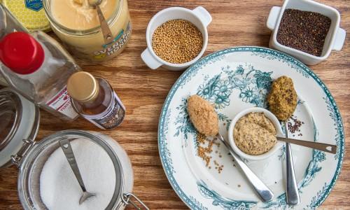 Ingredienser till senapen på bricka