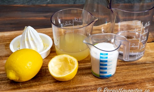 Ingredienser till hemgjord sour-mix är citronsaft, socker och vatten.