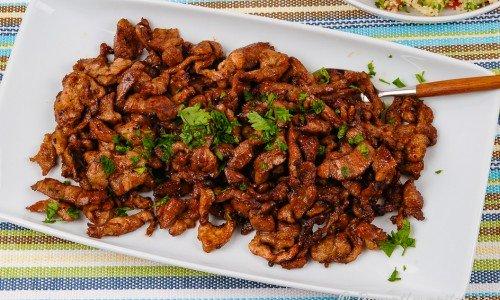 Hemgjord kebab eller gyros till pitabröd eller kebabrulle på fat