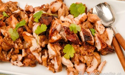 Urbenat kycklinglår marinerat och grillat på spett som sedan skärs i strimlor är supergott i pitabröd med goda tillbehör och vitlökssås med mera.