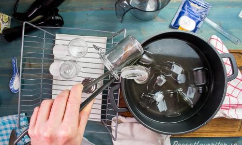 Koka små burkar för att sterilisera dem innan du häller i innehållet så håller det längre.