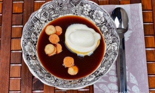 Hemlagad soppa med nypon i tallrik