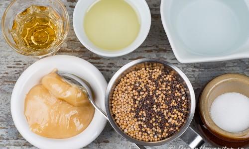 Grunden till senapen med senapsfrön, honung, äppelcidervinäger, olja, vatten och salt.