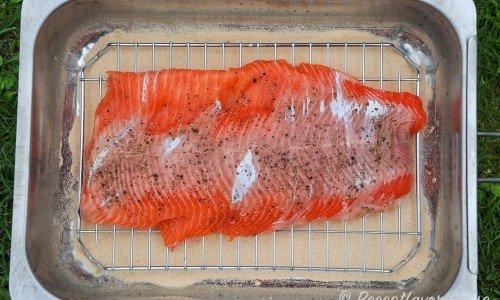 Lägg laxen eller fisken med kryddor i en ABU-rök eller liknande röklåda med spån i botten.