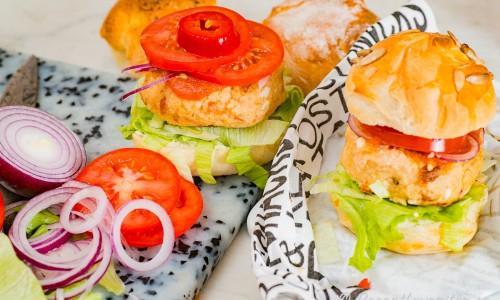 Hirsburgarna serverade med hamburgerbröd och tillbehör.