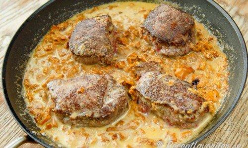 Hjortfilé med kantarellsås i panna
