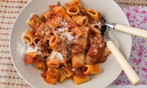 Högrev Bolognese i tallrik med parmesan