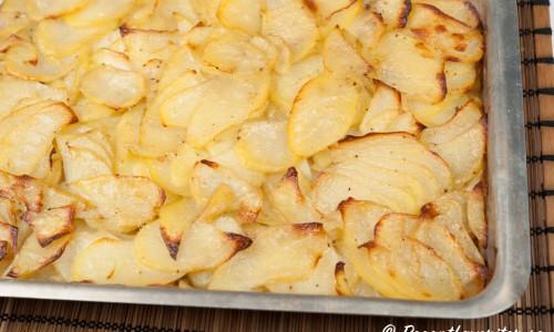 Gott att servera till revbenen är skivad potatis stekt i ugnen samtidigt som du steker revbenen.