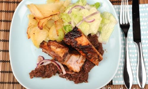 Rödlöksmarmelad, potatis och sallad är gott till revbenen.