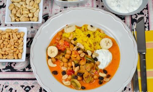 Currygrytan är god med kokt ris, matyoghurtsås, jordnötter, cashewnötter, banan och russin.