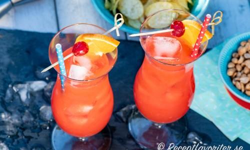 Två läskande Hurricane drinkar med namn efter det kurviga glaset.