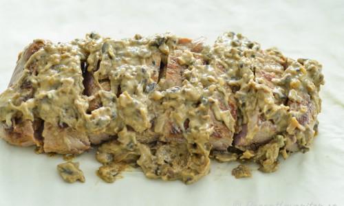 Fläskfilén bryns först runt om, sedan får den vila lite, skärs i skivor och toppas med svampstuvning innan den slås in i smördeg.