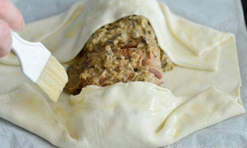 Slå in fläskfilén i utkavlad smördeg och pensla kanterna med uppvispat ägg.