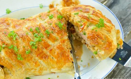 Låt svalna något och garnera med hackad persilja samt servera på fat. Skär sedan upp och tänk på att det är lättare att skära upp om du skär i de skivor som köttet skars i innan du bakade in det.