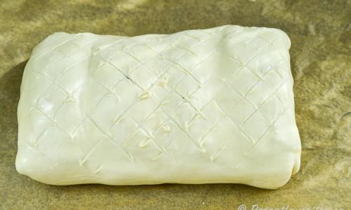 Skär gärna ett snett rutmönster i smördegens ovansida - inte helt genom degen dock.