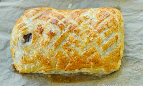Baka av smördegen så får du en smördegslimpa fylld med smaskig oxfilé och svamp. Skär sedan upp och tänk på att det är lättare att skära upp om du skär i de skivor som köttet skars i innan du bakade in det.
