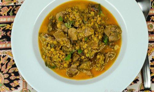 Indisk lammgryta med curry och gröna linser